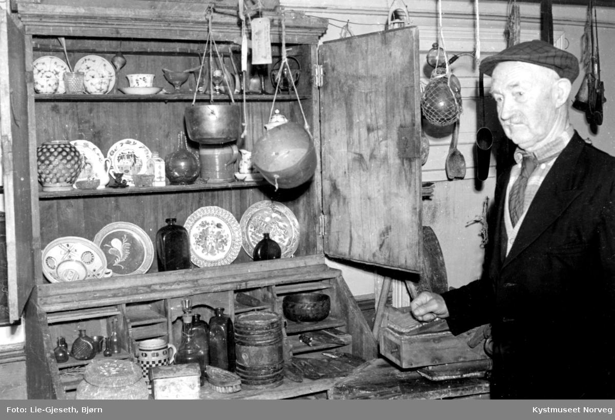 Paul Woxeng i stabburet på Vågsenget med alle gjenstandene i