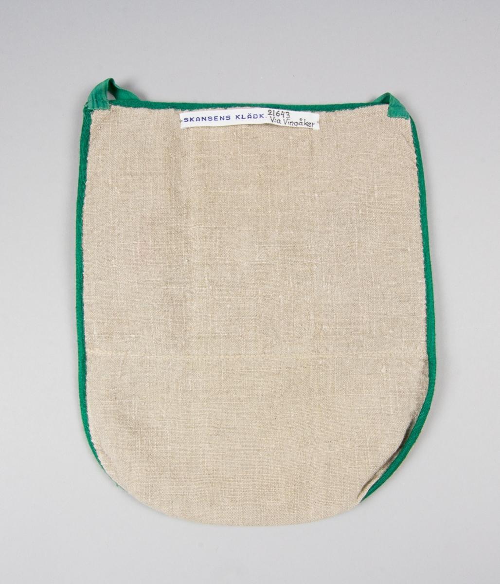 Kjolsäck till dräkt för kvinna från Västra Vingåkers socken, Södermanland. Modell med u-formad öppning för handen. Framstycke av fabriksvävt beige bomullstyg, jacquardvävt, med gallermönster   och ovanpå det ett flammönster i rosa och bruna toner. Ett mönstervävt band eller en utklippt bård från ett annat tyg, dubblerat, 64 mm brett, är påsytt mittpå framstycket lodrätt. Samma tyg och band syns i öppningen. Bandet, troligen av bomull, har ett jacquardmönster av blomsterslinga i flera färger på beige botten. Strax under öppningen ett knapphål, sytt med brun tråd. Knappen, som är fastsydd i bakstycket, är en ljusbrun liten halvkullig knapp med pärlemoeffekt. Framstycket fodrat med fabriksvävt linnetyg, tuskaft, och samma tyg har använts till bakstycke. Kjolsäcken är kantad med grönt diagonalvävt band av konstsilke. Knytband fabriksvävda, av grön bomull.