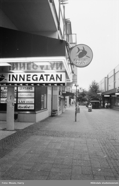 Kvarteret Hajen vid Frölundagatan i Mölndal, år 1984. Fotografi taget av Harry Moum, HUM, Mölndals-Posten.