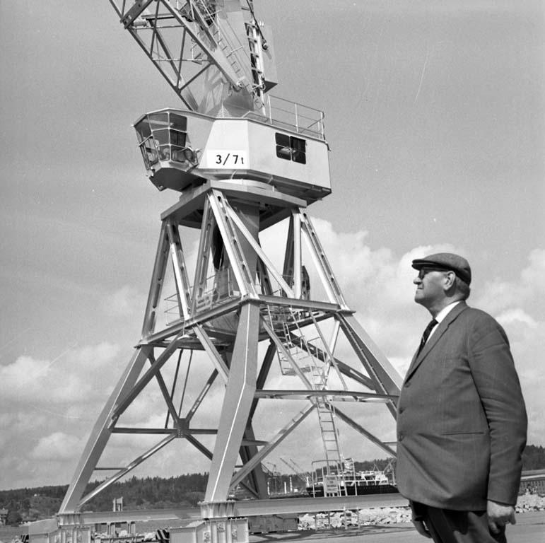 """Enligt notering: """"Invigning av de Nya kranarna i Hamnen 23/5 -60""""."""