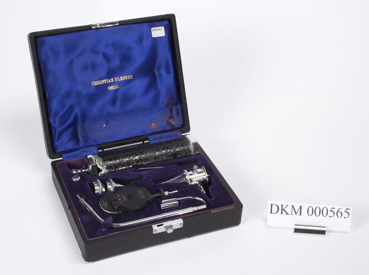Rektangulært etui med utskåret plass til flere ulike instrumenter. Instrumentene ligger i etuiet og er beregnet på undersøkelser av øye, øre og hals.
