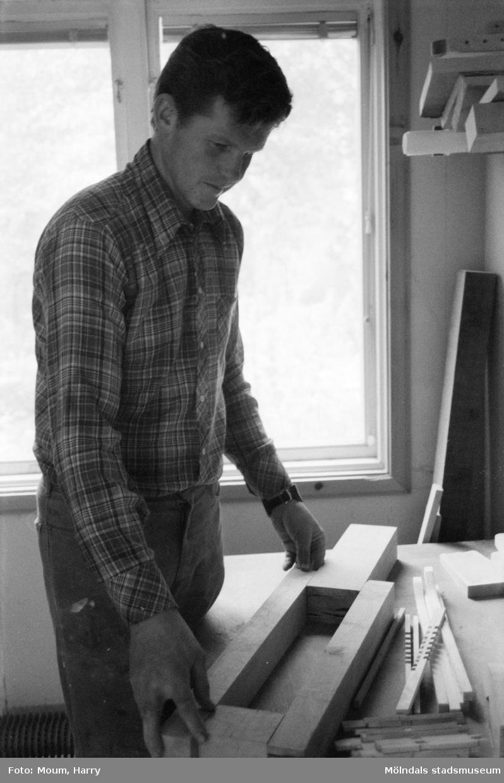 Sven-Åke Svensson bygger nyckelharpor i Lindome, år 1984.  För mer information om bilden se under tilläggsinformation.