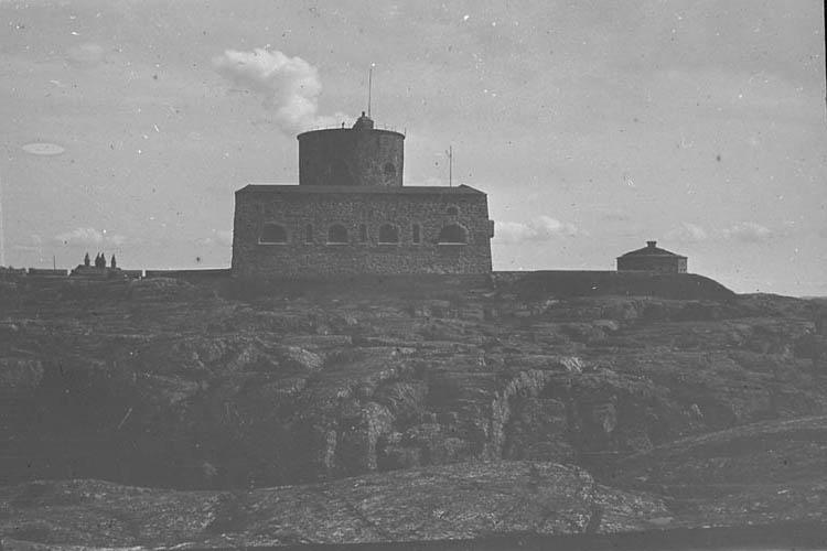 Marstrands fästning sedd från havet. När man kommer långt ute på havet ser man Marstrands fästning sträcka sig upp över klipporna och det ser ut som om det ej funnis något mer på denna ö. Staden är belägen  på östra sidan om ön för att vara skyddad mot de väldiga västanstormarna.
