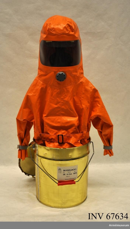Tillverkad 1978 för barn 4-5 år. Innuti dräkten sitter en batteridriven fläkt som ska skapa ett övertryck i dräkten.