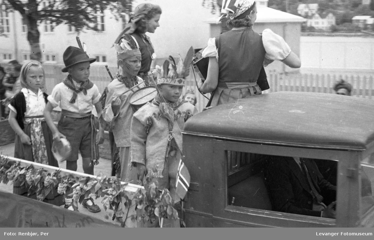 """Barnas dag, Levanger, barn utkledde som """" indianere og cowboy""""."""