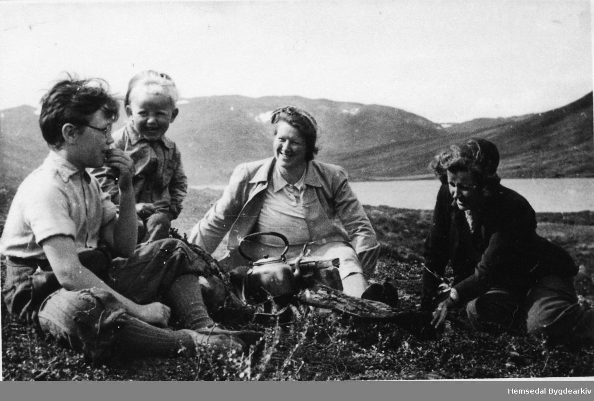 Frå venstre: Knut Bakke, bygut, Birgit Bakke, bydame ved søre Ershovdtjørna i 1945-46.