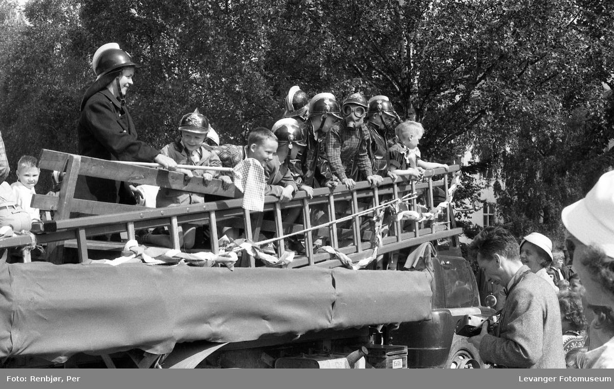 Barnas dag, Levanger, gutter utkledd som brannmenn.
