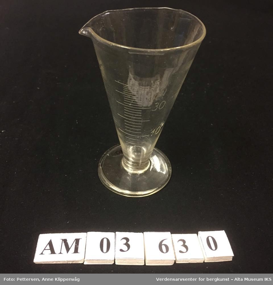 Kjegleformet, gradert måleglass med stett. Viser måleenhet for ml.