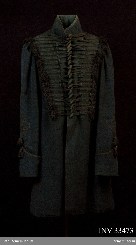 Grupp C I. Löjtnant Bergmanson, tidigare ägare, föddes år 1859 och dog 1893. Rocken är avbildad i Mankell, Jämtlands hästjägare. Bigeschen är tillverkad i mörkgrönt kläde och fodrad med grön boj i livet, linne i ärmarna.