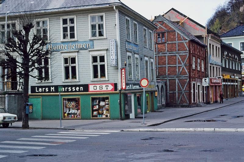 Bybebyggelse,  Hjørnet av Bondeheimen mot Torvet og Strandgaten. Lars M. Larssens kolonial på gateplan.