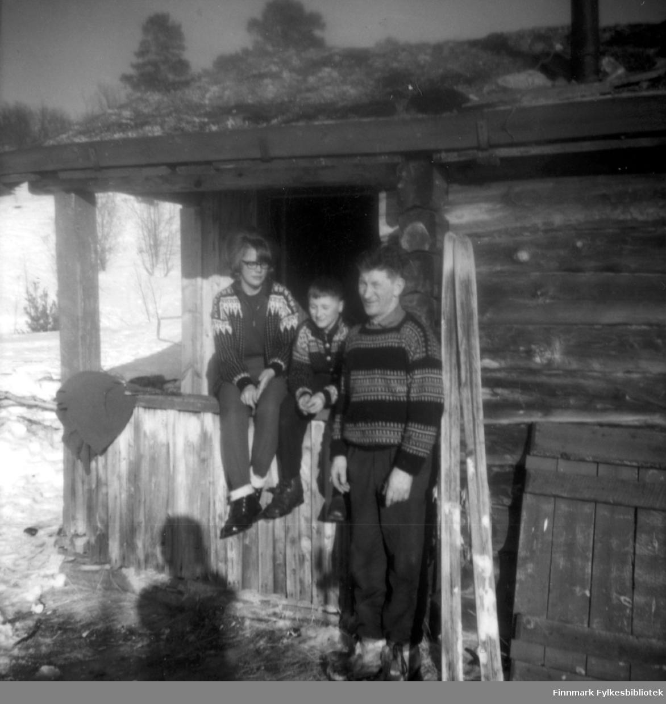 Tre personer står utenfor skogvokterhytta i Rochi. De er fra venstre: Bjørg Jolma, Bjørn Malin og skogvokter Erling Hansen.