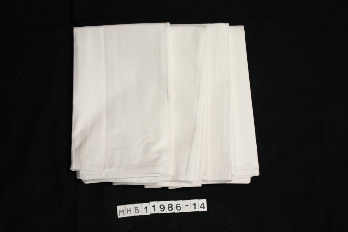 4 hvite putevar i bomull. Innvevet Christian Haaland 1974, hvit på hvit i trekket. Åpning på den ene langsiden i putetrekkene.