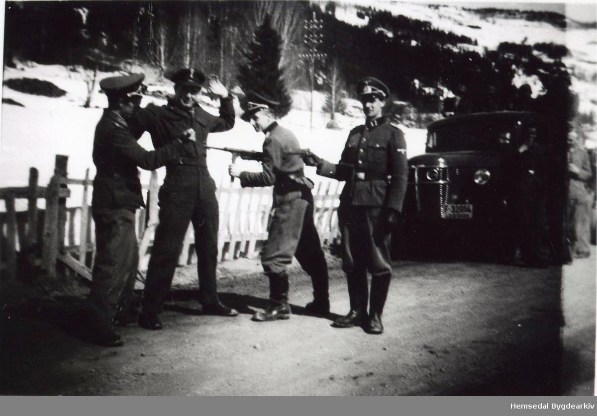 """Innspeling av filmen """"Krigen i Hallingdal"""". Lastebil reg. F32014 er truleg frå Ål. Ole Svingen frå Hemsedal var med på innspelinga"""