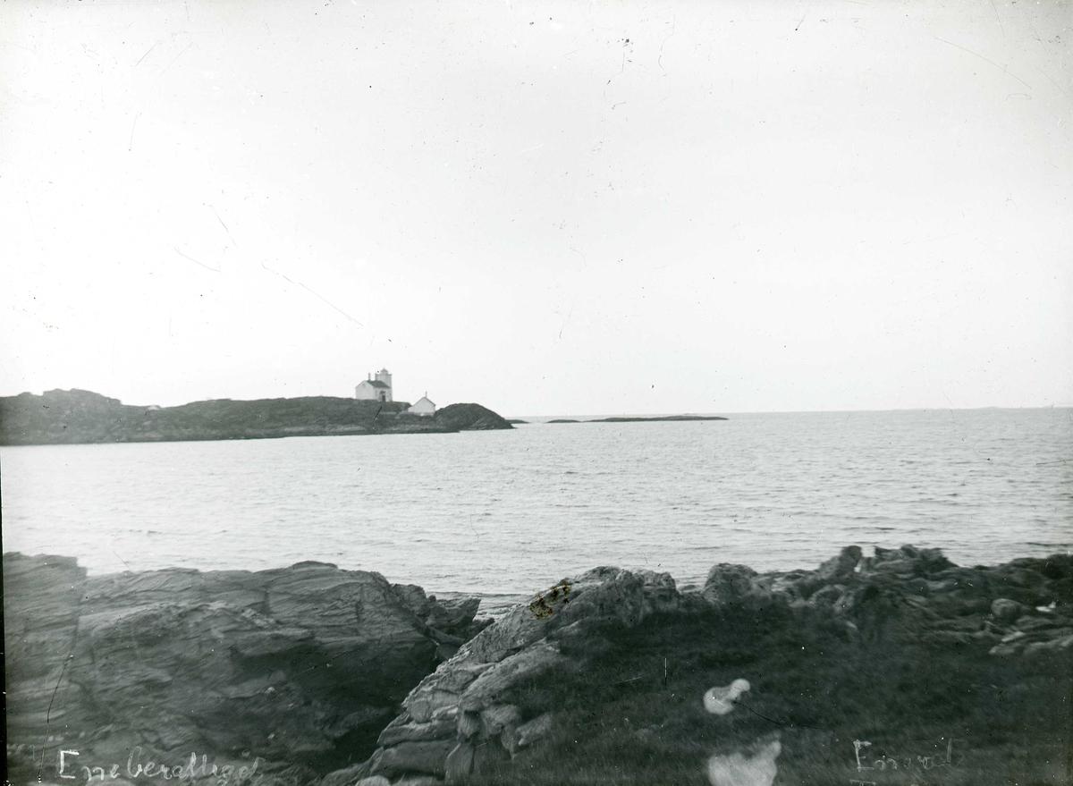 Fyrstasjon sett fra land. Sørhaugøy fyr (Tojer) fotografert fra sørøst.