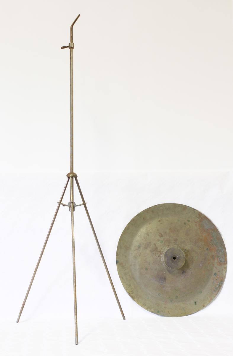 Bekken festet til et stativ, slaginstrument.