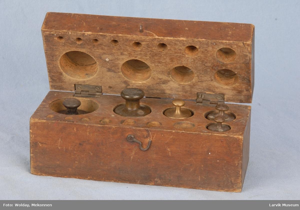 Form: rektangulær kasse med lokk/utskåret rom for 6