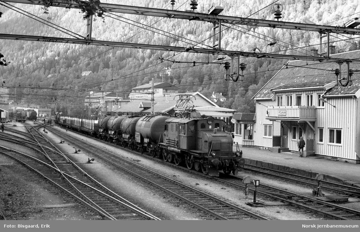 Rjukanbanens elektriske lokomotiv nr. 15 med godstog på Rjukan stasjon