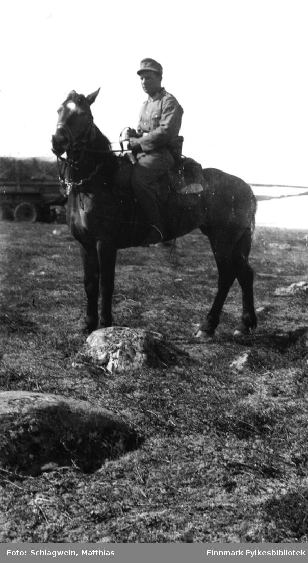 Sør-Varanger: Tyske soldater øver i Kirkenes-fjellet. Sjefen sjøl til hest. Bildet har tilhørt en tysk soldat; M. Schlagwein.