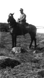 Sør-Varanger: Tyske soldater øver i Kirkenes-fjellet. Sjefen