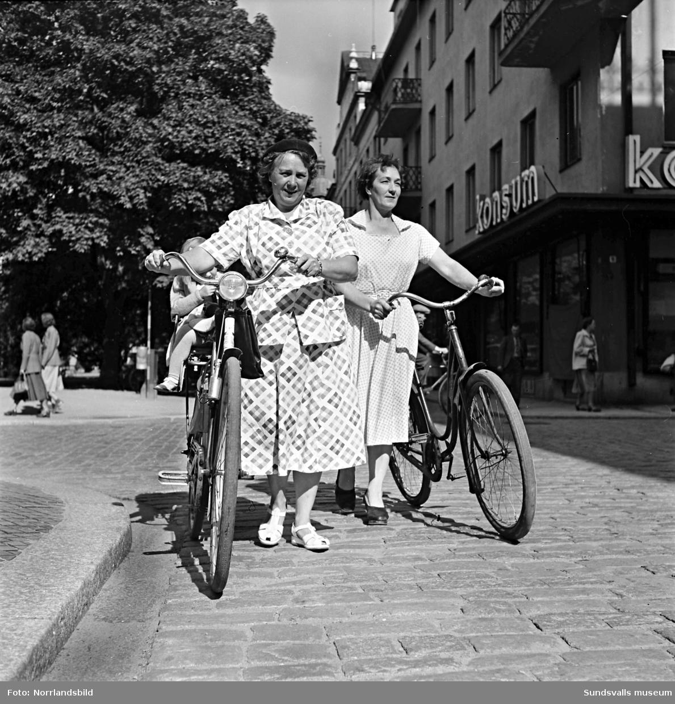 Två Sundsvallsfruar på cykeltur i staden.
