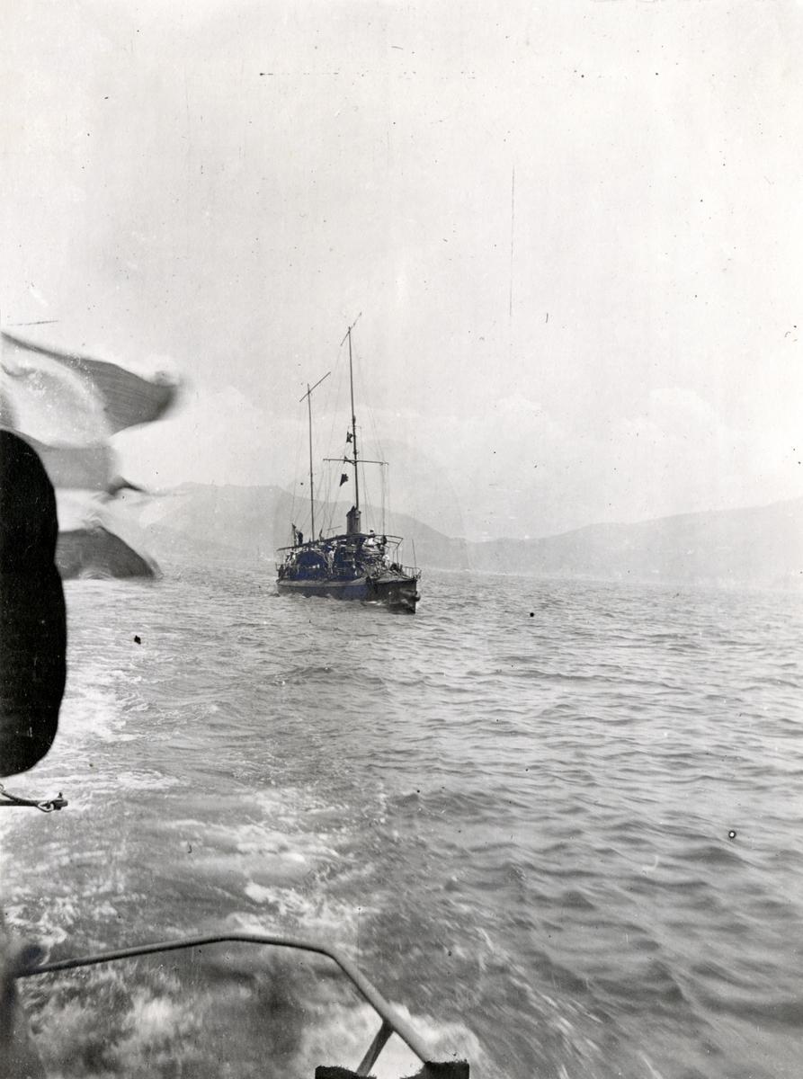 Eskortfartyg vid ubåten HVALENs avfärd.