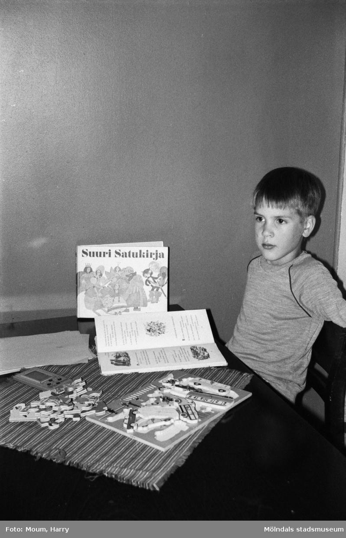 """Den finskspråkiga skolpojken Marko sittades vid ett bord. År 1983. """"MP måste anlita tolk då vi skulle fråga Marko hur han gillade skolan. Detta till trots tvingas han att gå i en svenskspråkig klass.""""  För mer information om bilden se under tilläggsinformation."""