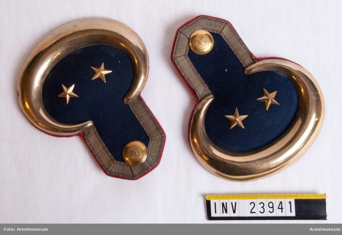 Grupp C I. Epåletter m/1828-35 för officer vid infanteriet. För officer, löjtnant vid indelta infanteriet (utom grenadjärtrupper) och K. Värmlands fältjägareregemente med 2:dra militärdistriktets färg (ljusblå) på mattor, fodret rött, knappar K. Södermanlands regementes.