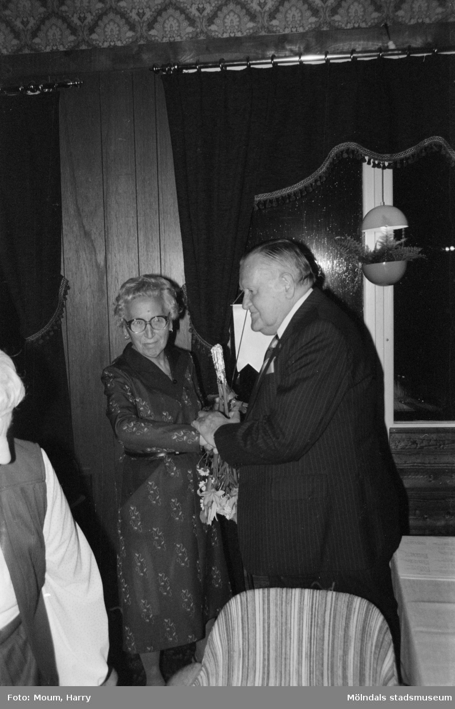 """Kållered PRO firar 10-årsjubileum på Kållereds Värdshus, år 1983. """"Ordföranden Sigrid Börjesson fick mottaga många hyllningar. Här av distriktsordförande Gustav Arvidsson.""""  För mer information om bilden se under tillägginformation."""
