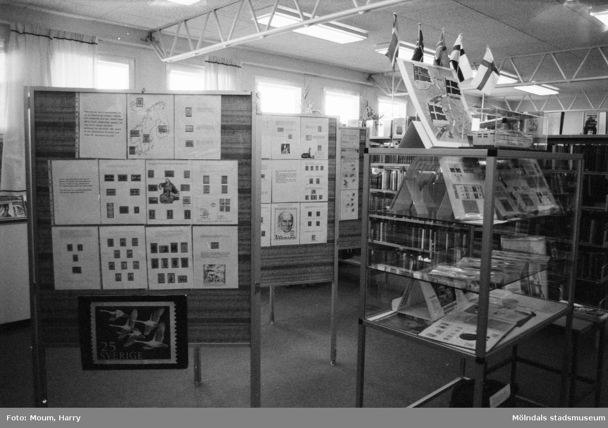 Frimärksutställning på Lindome bibliotek, år 1983.  För mer information om bilden se under tilläggsinformation.