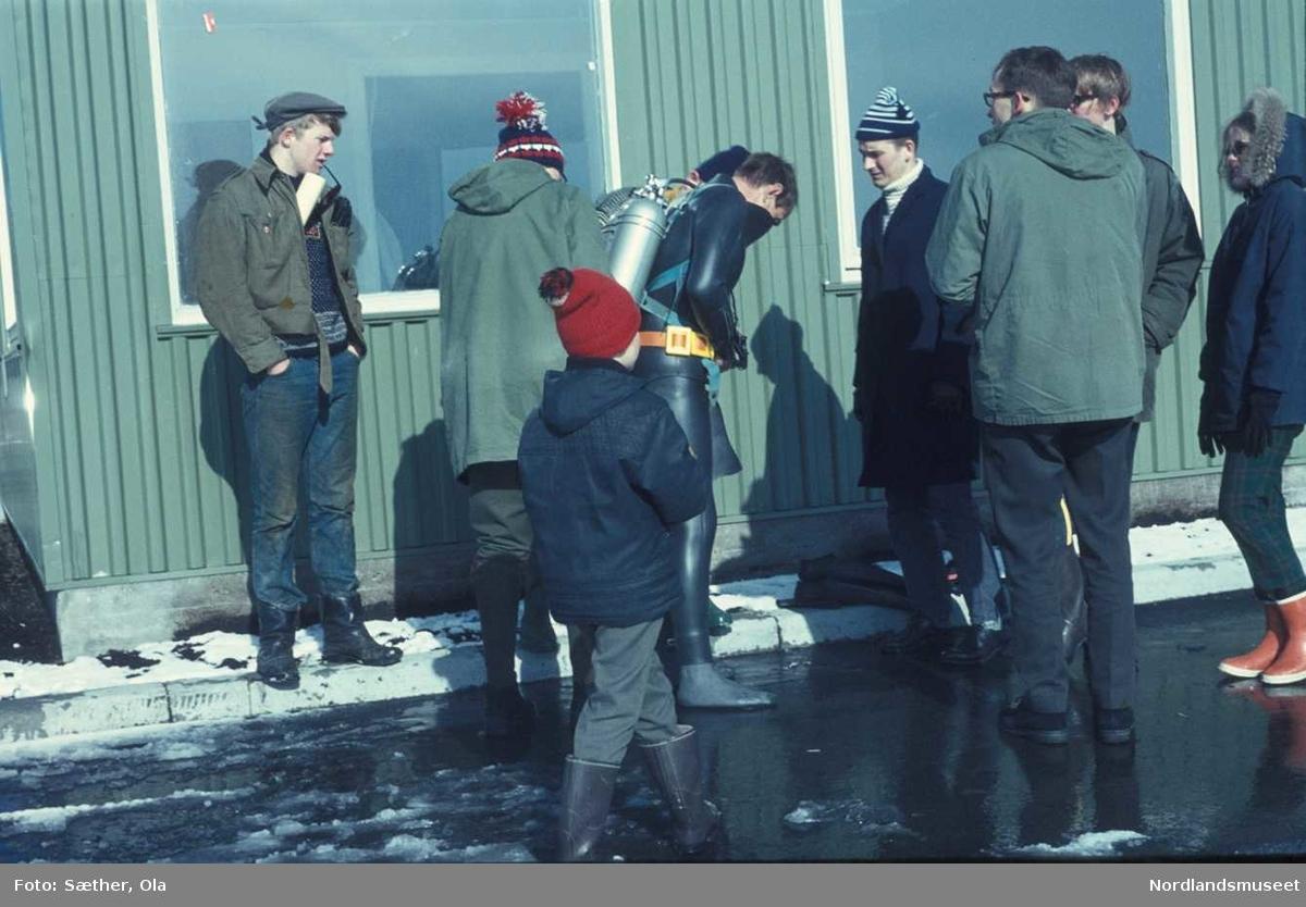 Folk fra Bodø dykkerklubb, på Nyholmen i Bodø, grønn bygning, vinter 31/03-1970