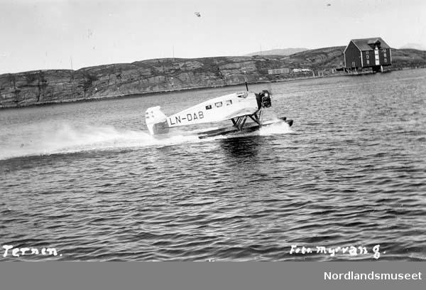"""Postflyet letter trolig fra Sandnessjøen. Registreringsnummeret på flyet er LN-DAB. Leirfjord Folkeminnelag arbeider med identifikasjon. Tekst skrevet på bildet: """"Ternen"""". Foto: Myrvang."""
