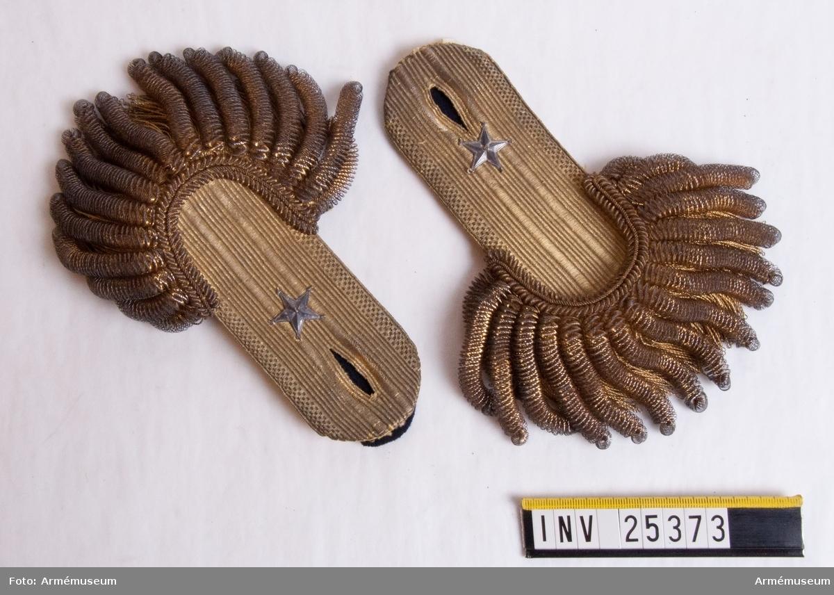 Grupp C. Tillhör uniform för fänrik vid Värmlands regemente. Inkom av fru Betty Juel Stockholm 29/3 1906.