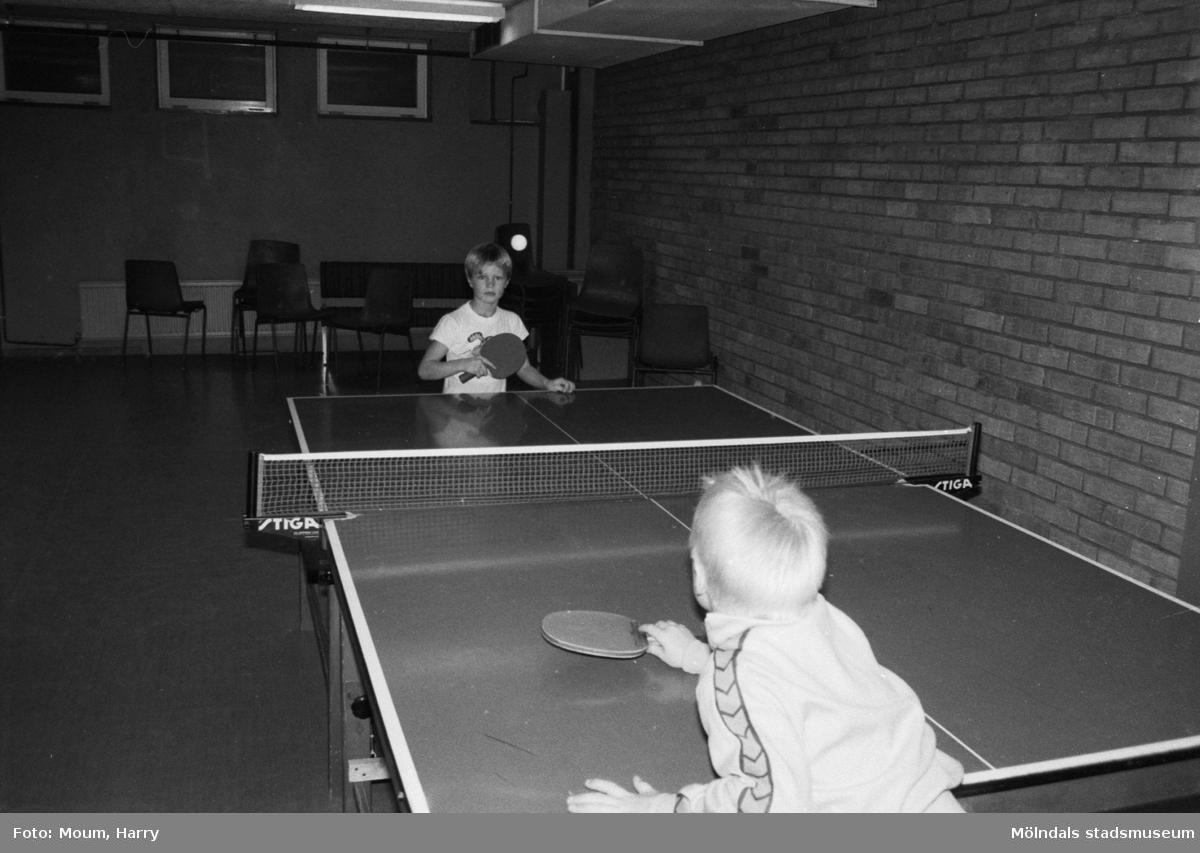 Bordtennisspelare från Lindome BTK i Almåshallen, Lindome, år 1983.  För mer information om bilden se under tilläggsinformation.