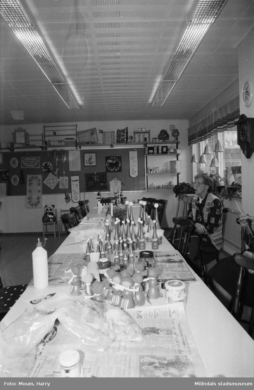 """Pensionärsverksamheten kallad """"Hobbyn"""" har försäljning av sina alster på Våmmedalsvägen i Kållered, år 1983.  För mer information om bilden se under tilläggsinformation."""