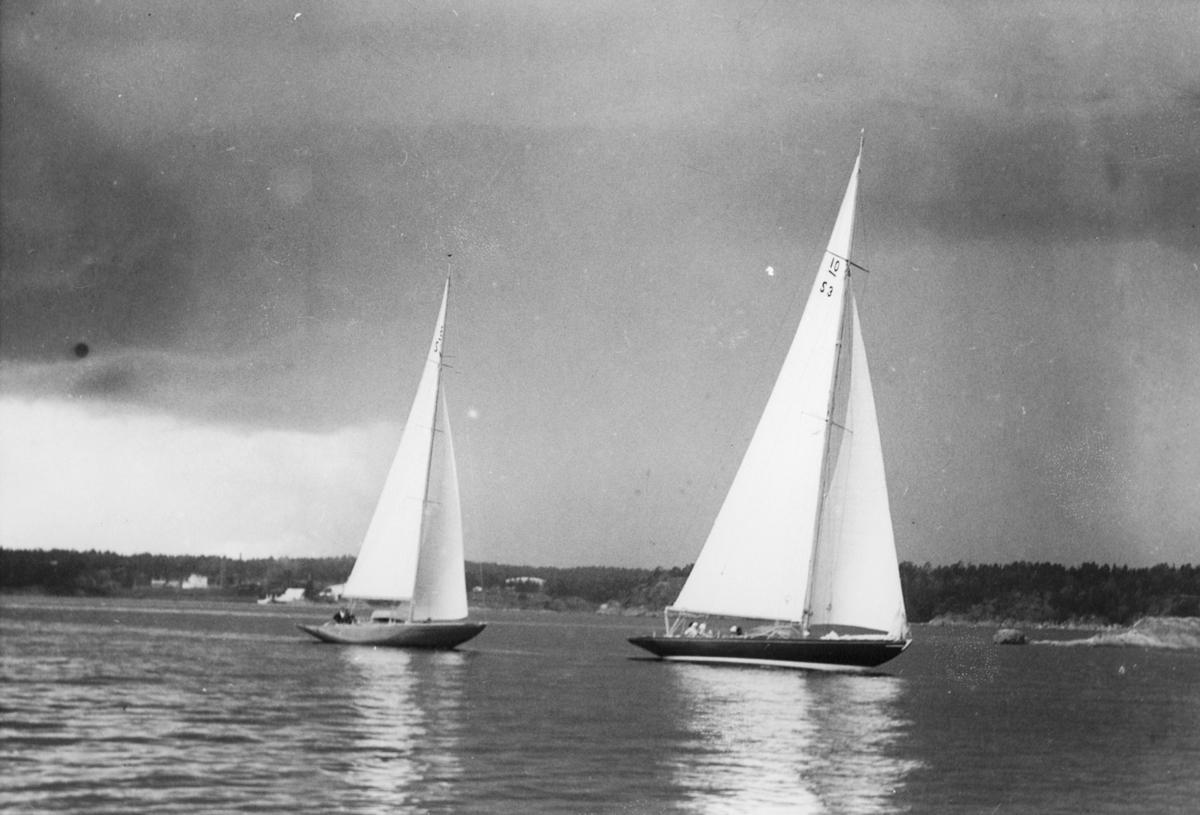Fartyg: AAVORYN                        Bredd över allt 3,46 meter Längd över allt 16,68 meter  Rederi: Bruu, Hans Byggår: 1923 Varv: Gamle Hestehauge, Svendborg Konstruktör: Weber, Sophus Övrigt: Sista etappen av Visbyseglingen 1937, Visby - Sandhamn 11 juli; exakta positionen obekant. 8m-jakten bakom 10-S3 AAVORYN har inte kunnat identifieras. AAVORYN ex LUNA V, senare BLUE NOSE och AAWORYN.