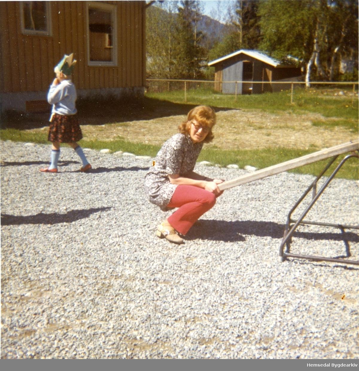 Lærar Berit Marie Sørhøy, fødd Flaten i 1943, er ute og leikar med elevane sine på Ulsåk skule.