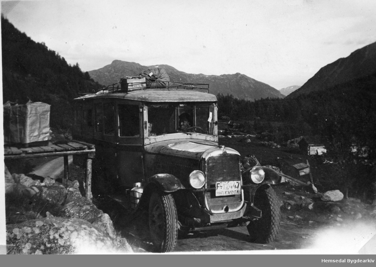 Buss- og Godsruta, ein GMC årsmodell 1930, i Hemsedal. Eigar var Tuv Samvirkelag.