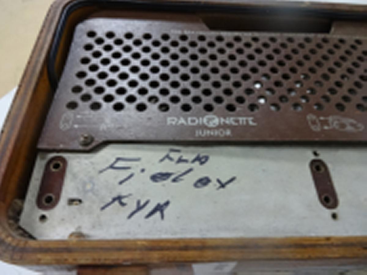Radioapparat fra Radionette. Har tre ratt: volum, tonekontroll, bass / diskant og stasjonsvelger og valg av båndbredde: Langbølge, mellombølge, kortbølge og fiskeribølge.    Radioen har merker på baksiden som forteller at den ble kostet 298 kr og hade en stempelavgift på 25 kr. Apparatet fungerer.  Det er og mulig å koble til båndspiller / grammofon.