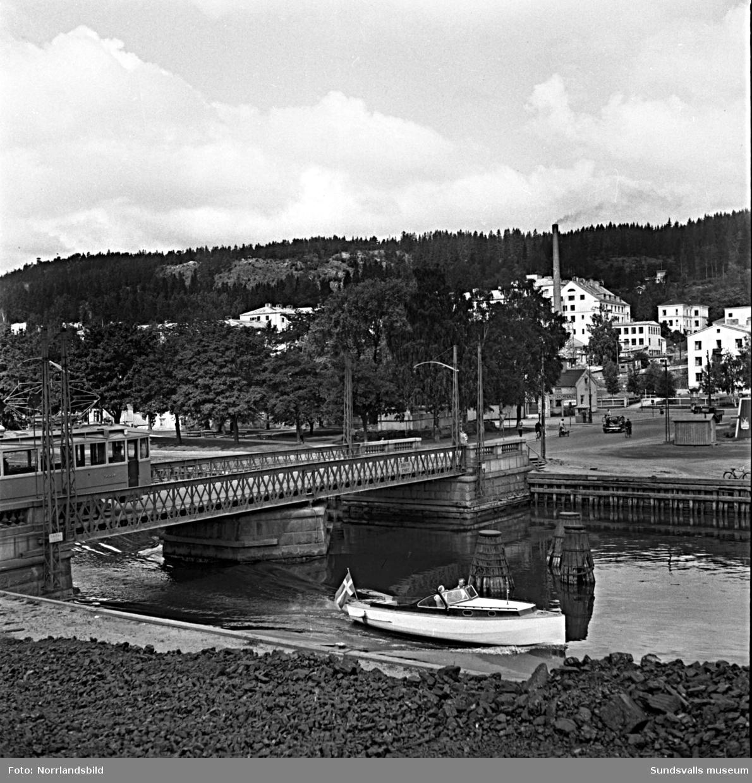 Vy från Selångersåns utlopp mot den gamla svängbara Tivolibron, Norrmalm och lasarettet.