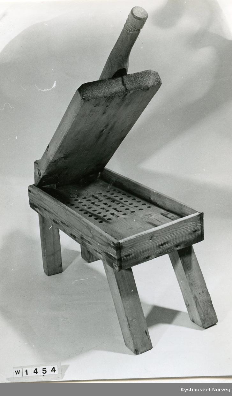 Til å presse vann av vasket våt ull..Hjemmesnekret. De fremste bena går framover. Kassens bunn er perforert, slik at vannet kan renne ut. Over kassen er det et lokk som dreier om en trebolt i ene enden. På lokkets andre side er det et håndtak til å presse ned med.