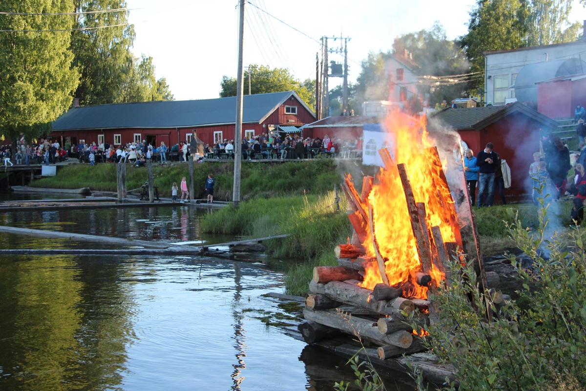 Midsummer celebration gathers several hundred visitors at Fetsund timber booms.