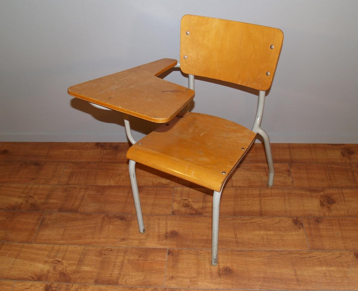 Form: Stol med 1. armlen med påskrudd plate på høyre side