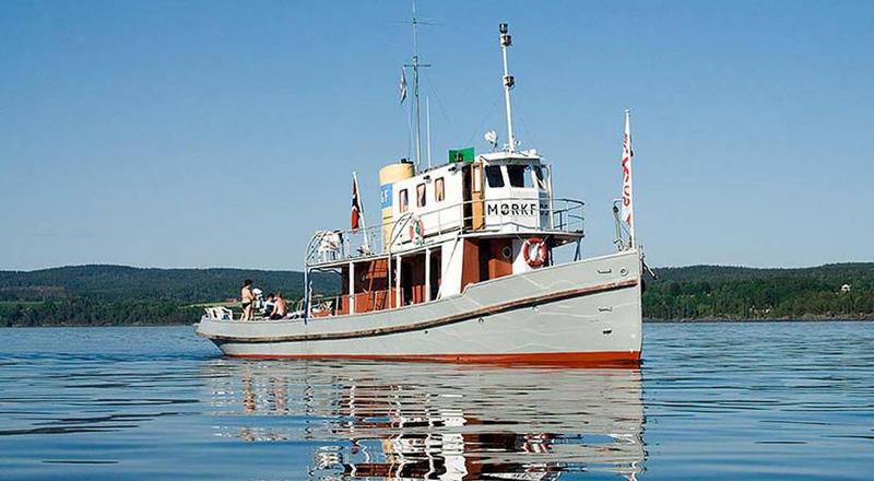 Stor tømmersleperbåt på vannet