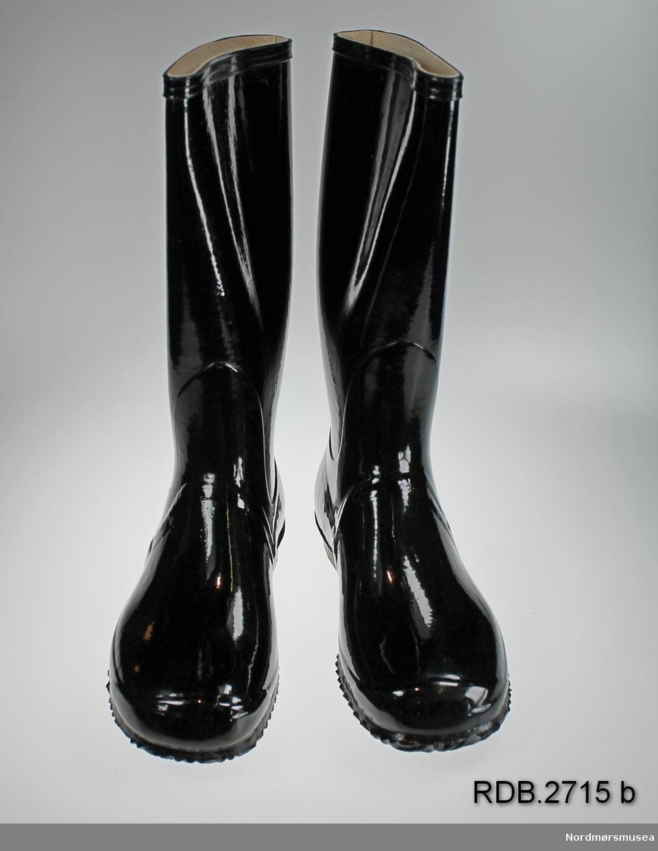 Et par nye, svarte Viking gummistøvler str. 34. Støvlene er fôra med beige stoff. Støvlene er innpakket i papir og ligger i originaleske. Rengjøringsanvisning av gummifottøy ligger i eska.