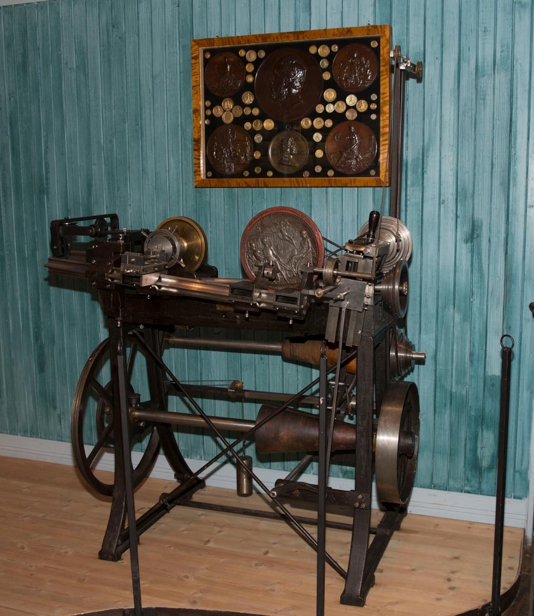 En åpen maskin med tilnærmet rektangulær form.