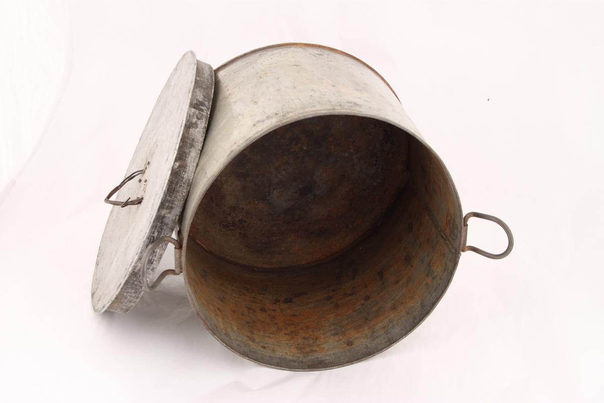 Et kokekar med to bevegelige hengsels-håndtak og lokk. Lokket har et håndtak laget av en ståltråd, som er surret tre ganger gjennom to hull på midten av lokket. Lokket passer ikke ned i kokekaret.