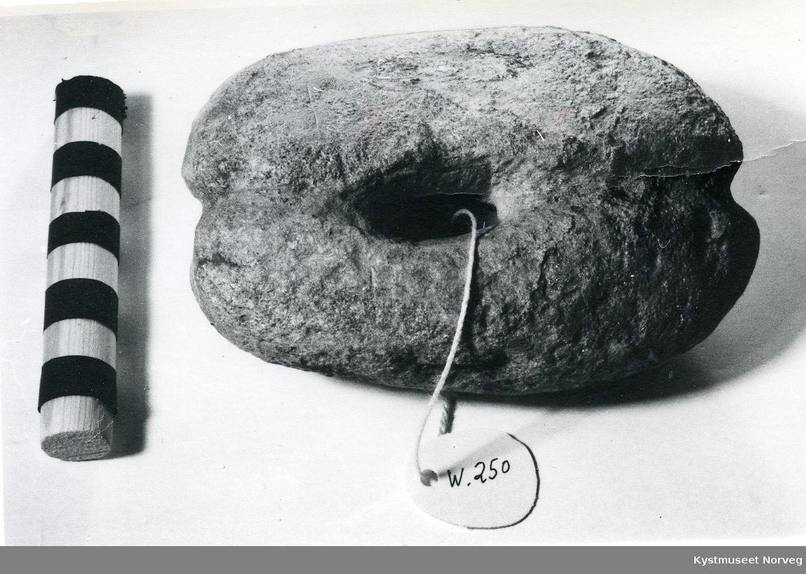 Form: Noe ujevn, oval form, avrundet