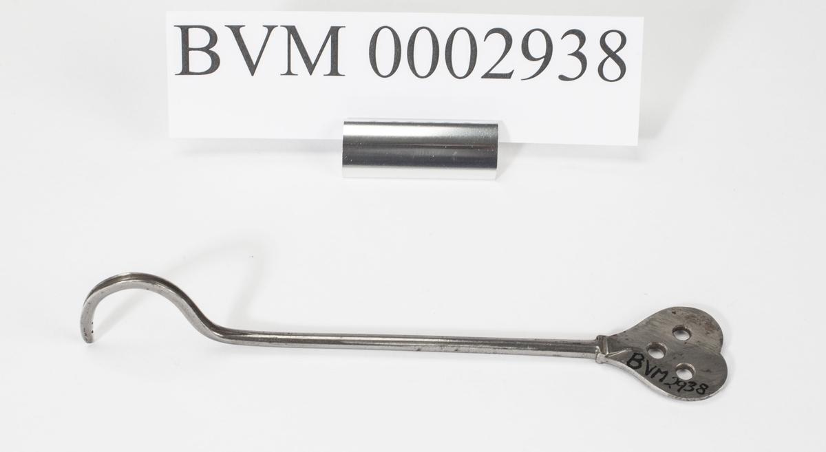Instrument med en flat ende og en krum ende med et spor. Sonden er bøyd for å passe til urinrørets krumning hos mannen. Tre runde hull i det flate fattestykket.