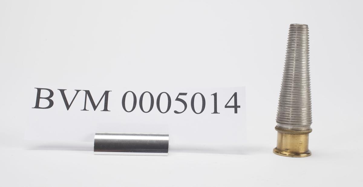 TILLEGSANSATS TIL BVM 5013. AVSMALNENDE FRA MUTTERDELEN MOT STUMP SMALERE ENDE. DIAMETER MOT MUTTERDELEN 1,9 CM. DIAMETER VED SPISS ENDE 0,8 CM. ANSATSEN HAR GJENGET OVERFLATE. DEL AV INNHOLD I BVM 5009.