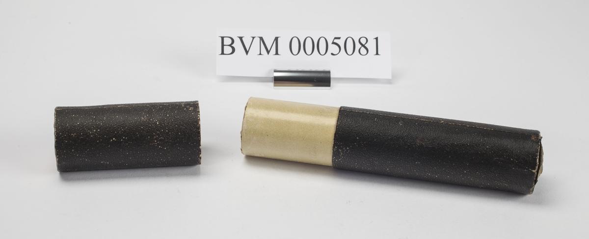 SVART CYLINDRISK FUTTERAL AV PAPP, DIAMETER 3,4 CM. HØRER SAMMEN MED BVM 5082 OG 5083.